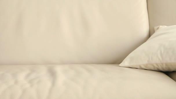 Fiatal nő alá a holtfáradt kanapé