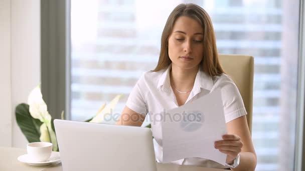 Atraktivní podnikatelka pomocí přenosného počítače, studiu grafů, vytváření prezentace, finanční zpráva