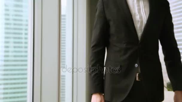 Podnikatel v obleku natáhl ruku nabízí handshake, zblízka