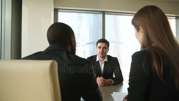 Erfolgreiche Verhandlungen, Vorstellungsgespräch, Händeschütteln der Geschäftsleute, Unterzeichnung von Arbeitspapieren beim Treffen
