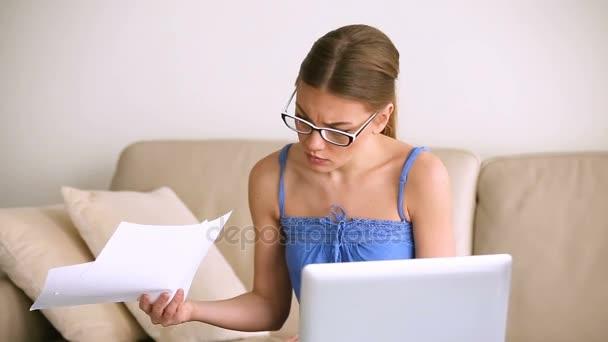 Besorgt von unruhigen Frau arbeiten am Laptop, Probleme mit Dokumenten