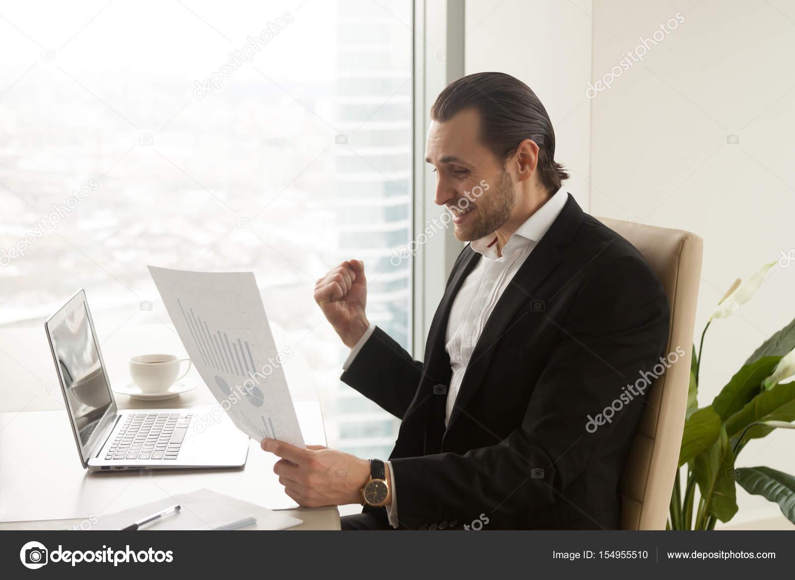 empresario exitoso disfruta de la compañía rápido crecen foto de