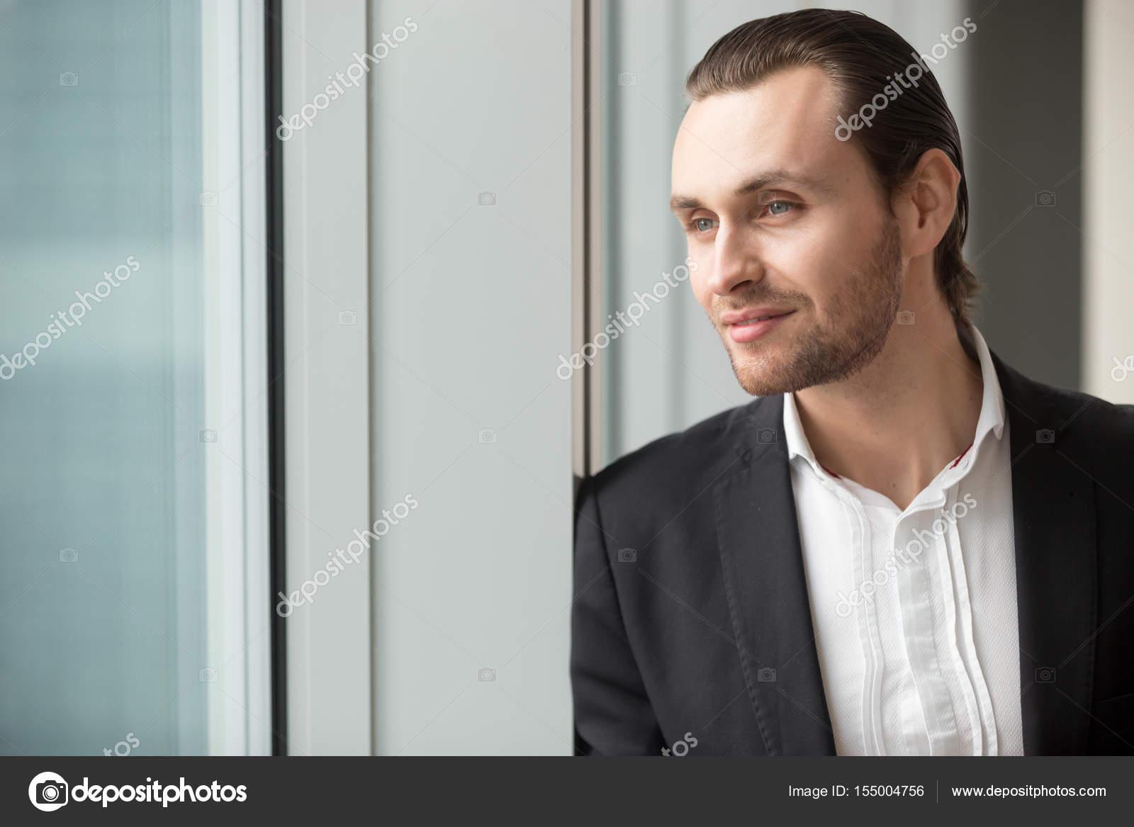 bfa2ee748 Empresário de sucesso imagina grande carreira — Stock Photo © fizkes ...