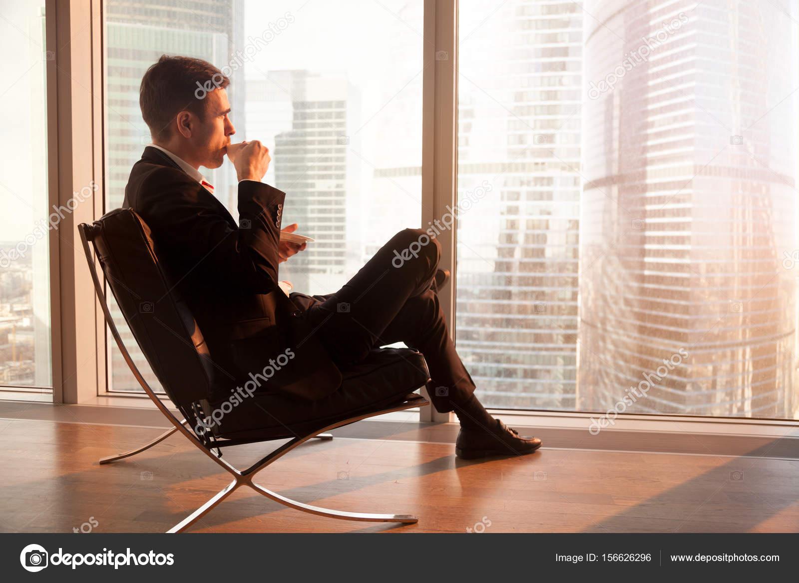 La Assis Dans Profitant Homme Café Bureau D'affaires Chaise De CBErdQoxeW