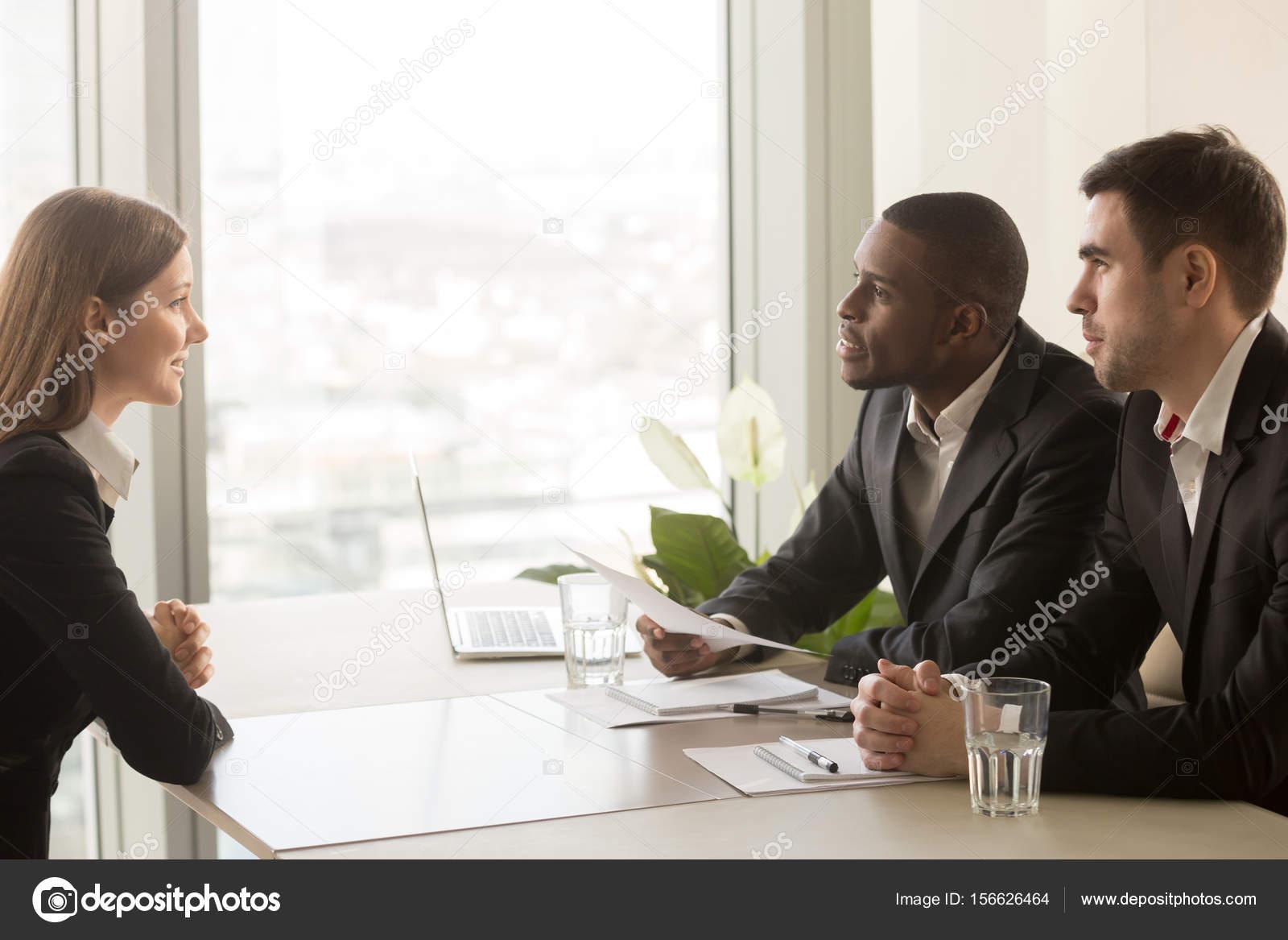 Solicitante femenino y multirraciales reclutadores durante la ...