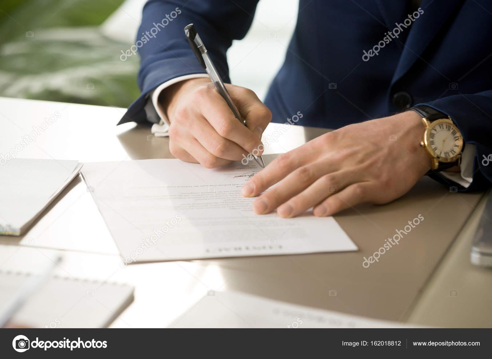 Männliche Hand Unterschrift Auf Vertrag Unterschreiben In Der Nähe