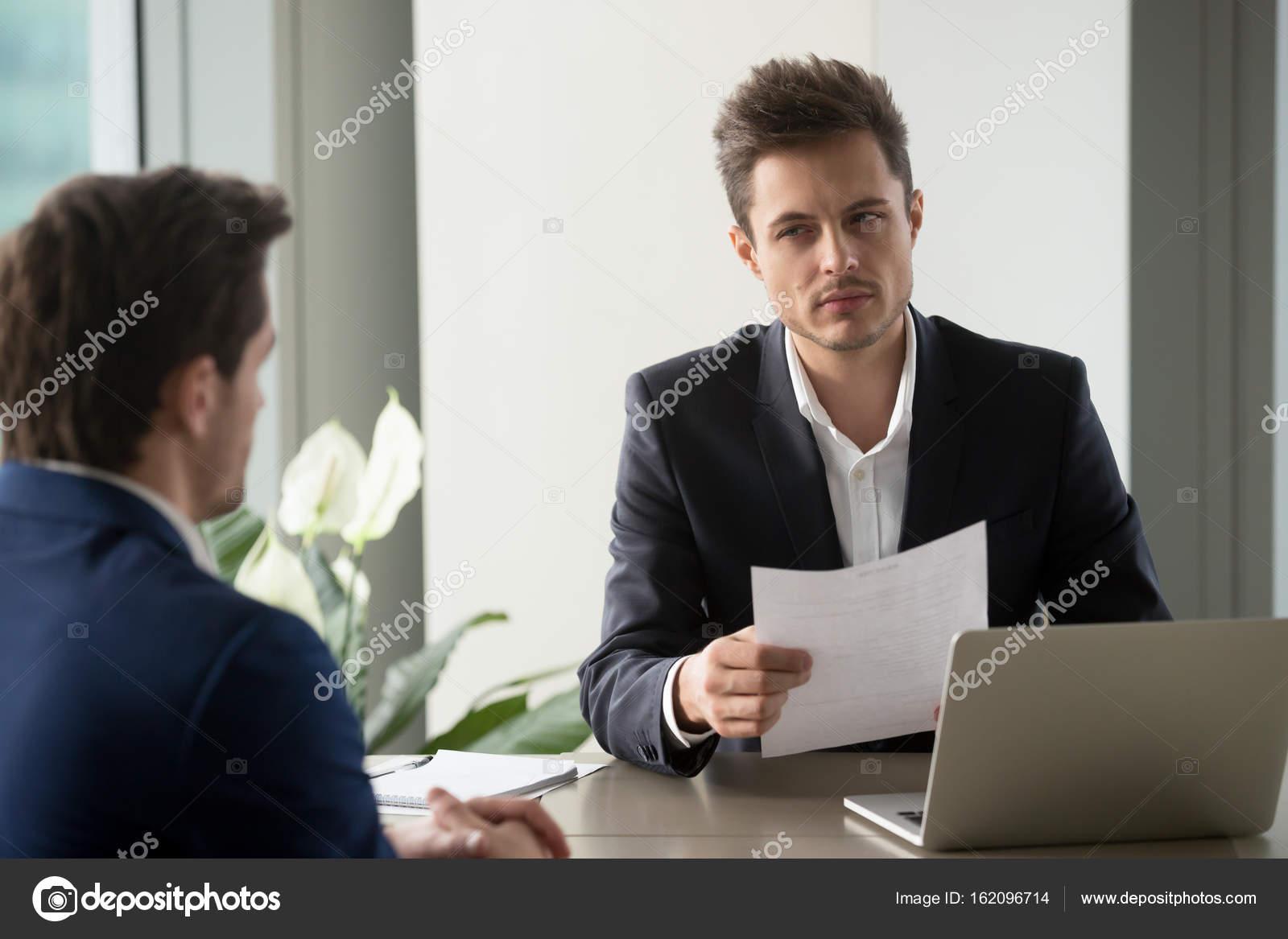 Documento de holding empresario desconfiado, reanudar la lectura mal ...