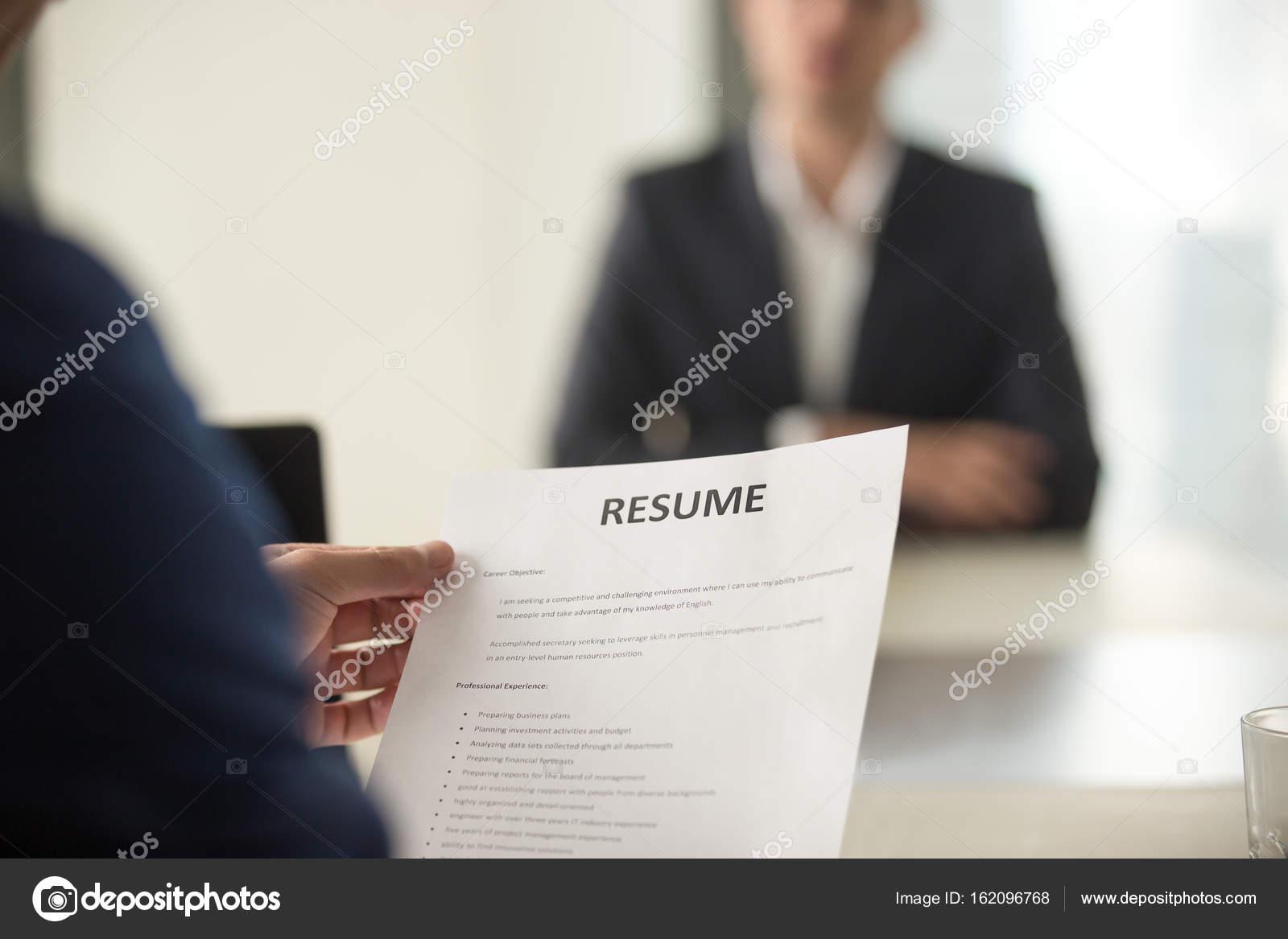 Entrevista en oficina de empleo, se centran en hoja de vida, vista ...