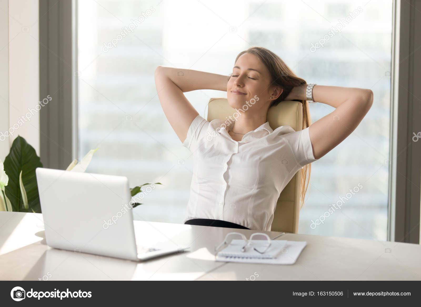 Tranquilo sonriendo empresaria relajarse en manos de silla de oficina  cómoda detrás de la cabeza 04db253f2993