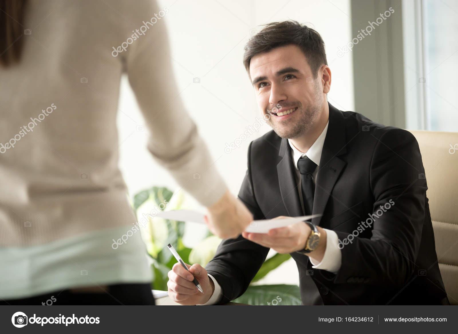 Empleo femenino solicitante da curriculum reclutador en entrevista ...