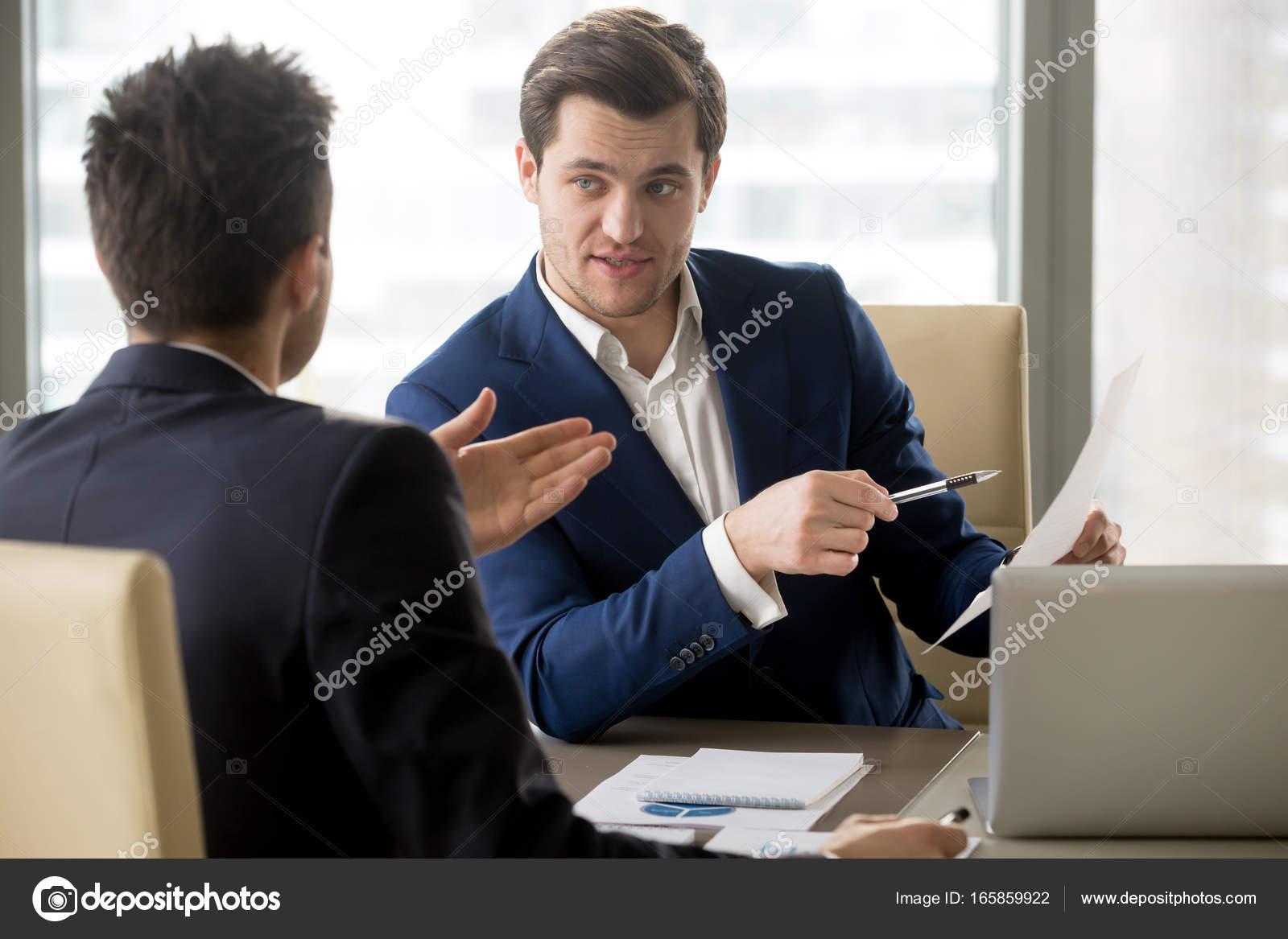 Director General discutiendo estrategia financiera con pareja ...