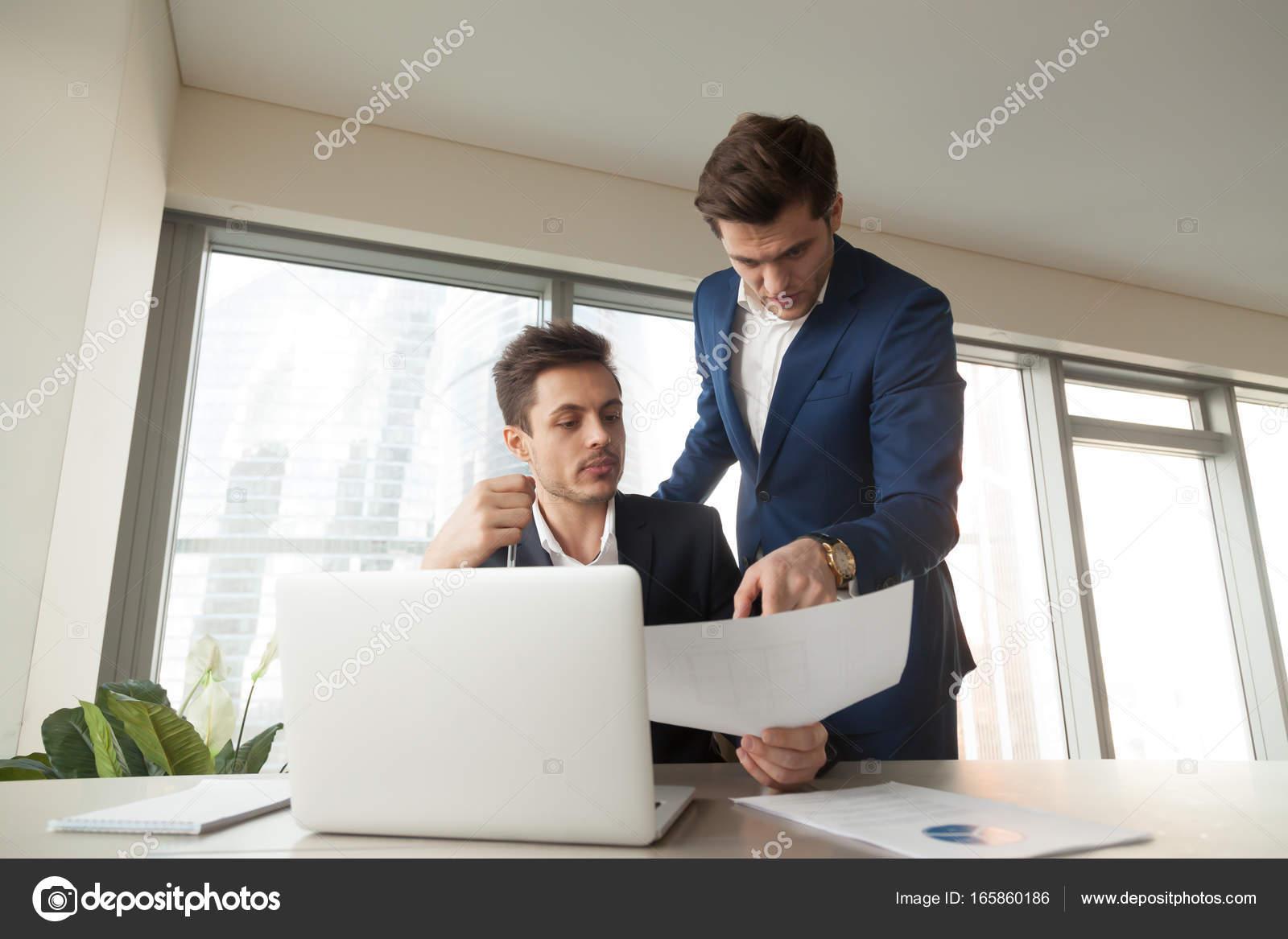 Pide jefe arquitecto para hacer correcciones en el plan — Fotos de ...