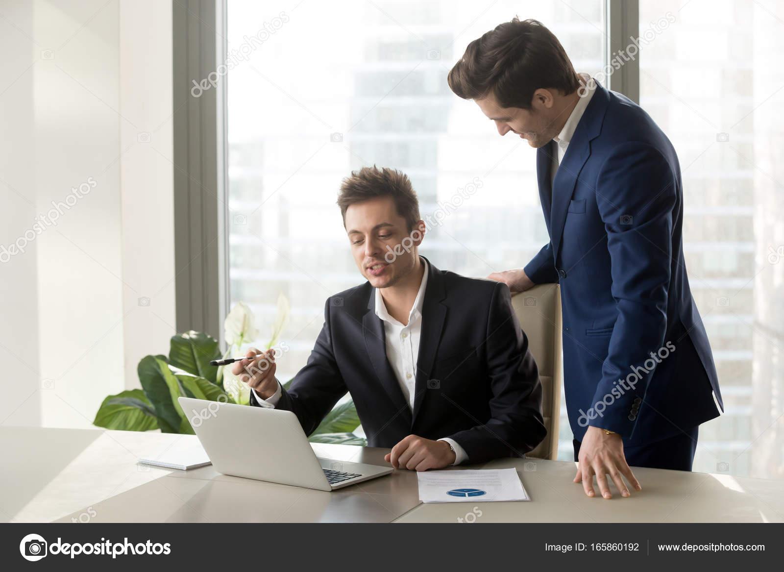 El jefe escucha interesante propuesta de empleado — Fotos de Stock ...