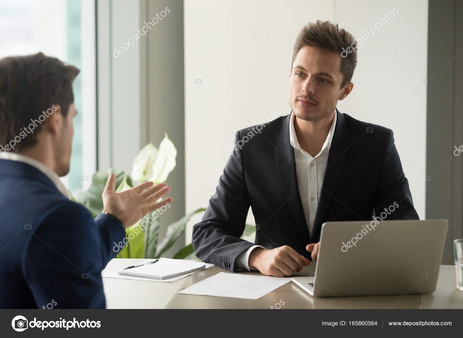 Fokussierte Geschäftsmann Hören Partner Gutes Angebot Stockfoto