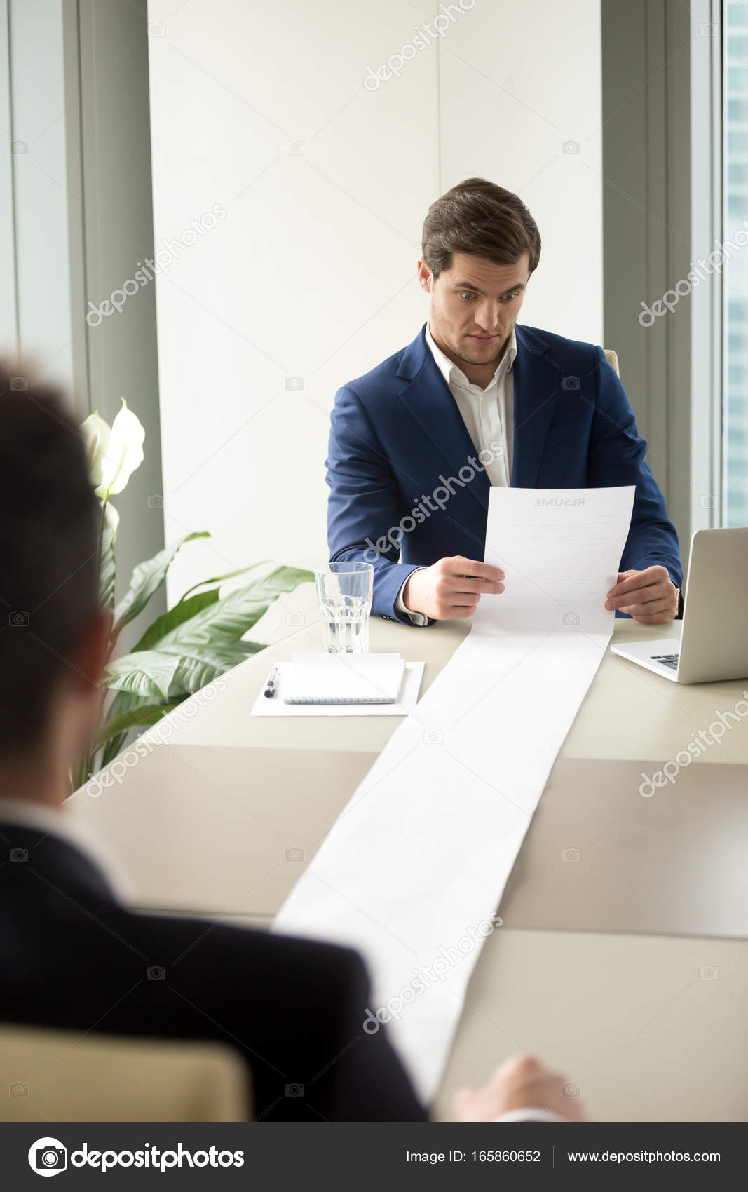 HR manager lectura demasiados candidatos reanudar — Fotos de Stock ...