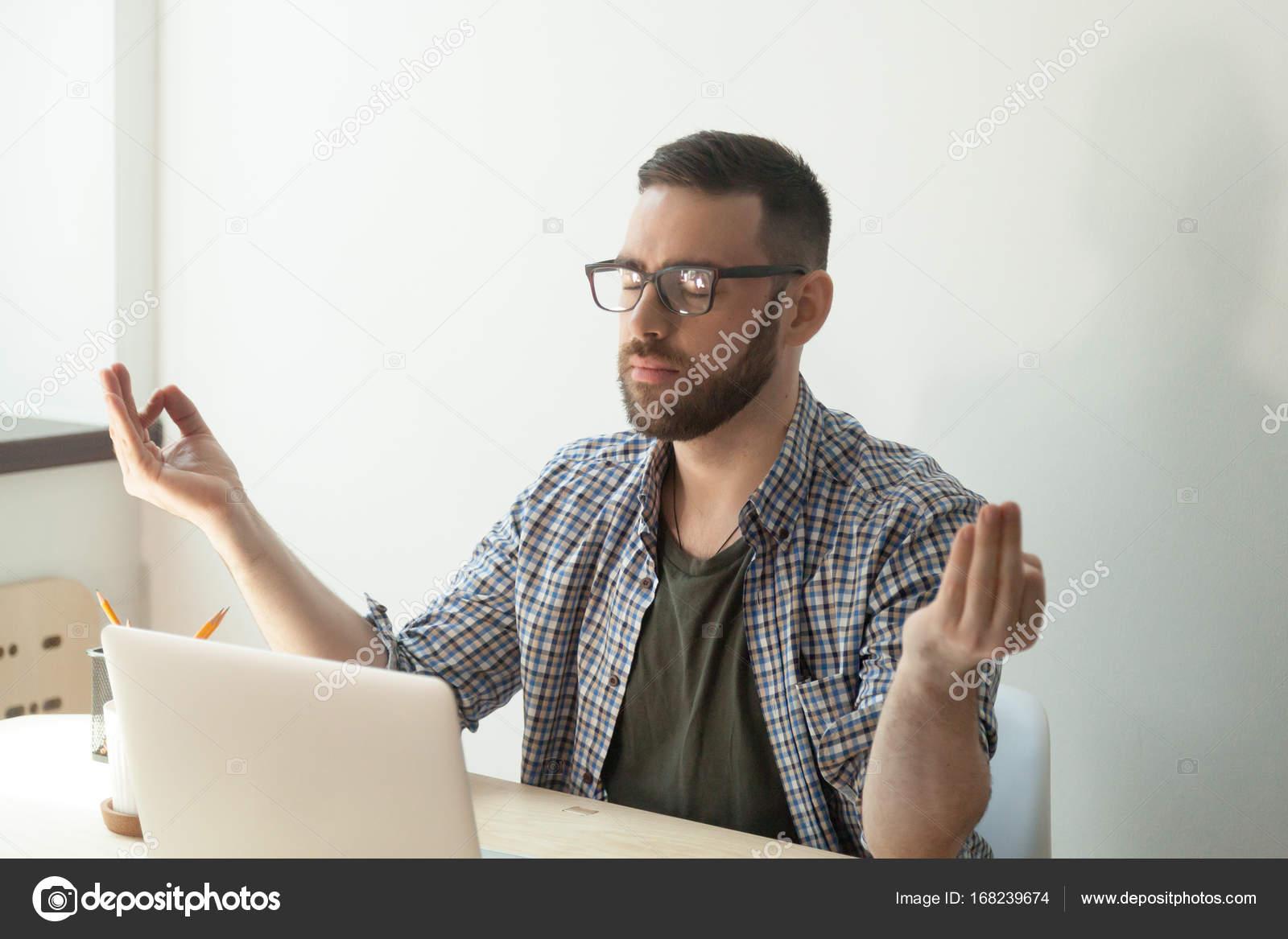 Ufficio Zen Zen : Uomo d affari rilassanti in ufficio durante una pausa nella