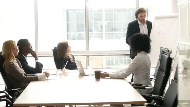 Podnikatel dávat prezentaci multietnické klientů skupiny na úřadu setkání