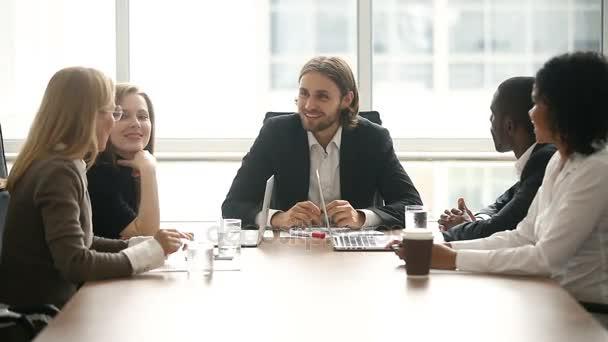 glücklich motiviertes erfolgreiches Team legt die Hände zusammen, unternehmerische Einheit
