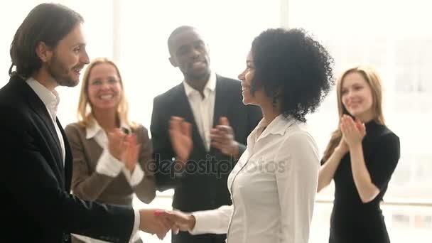 Šéf metoda handshaking africký pracovník společnosti, podpora gratulací mladá Černoška