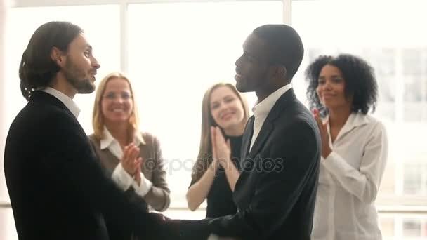 Šéfe, prosazování obohacující afroamerické mužské zaměstnance, gratulací, třes rukou