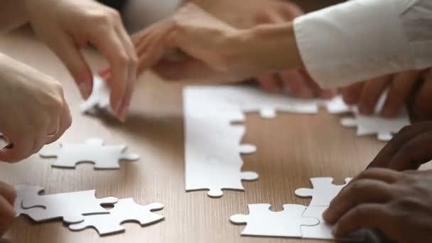 Ruce, sestavování puzzle hry, Nápověda a odborná pomoc v koncepce týmové práce, closeup