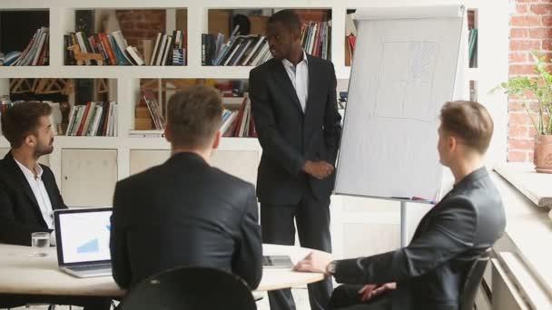 Africký podnikatel diskusi o prezentaci s klienty v zasedací místnosti, kladení otázek