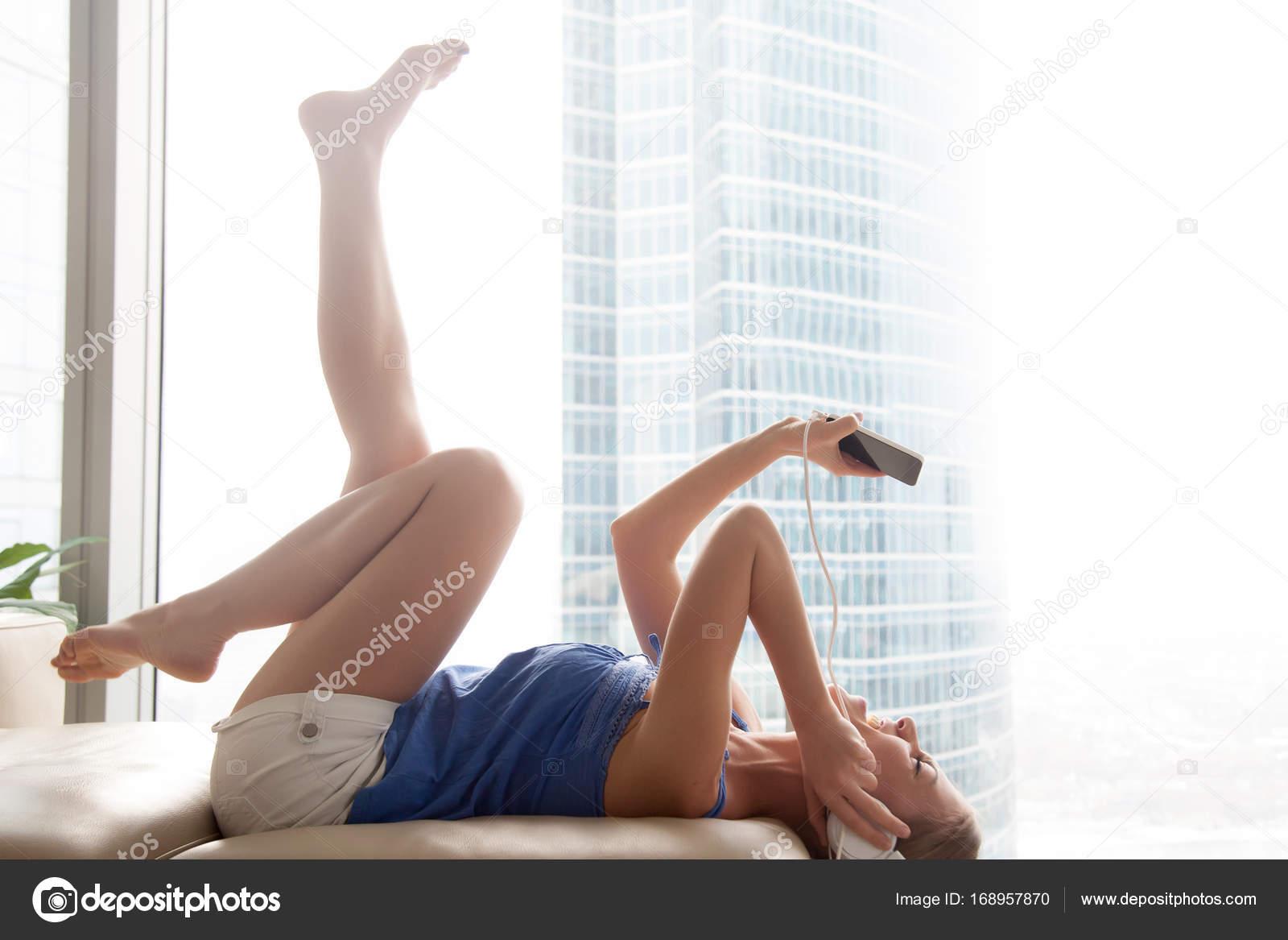 Женщина на диване ноги наверх — 13