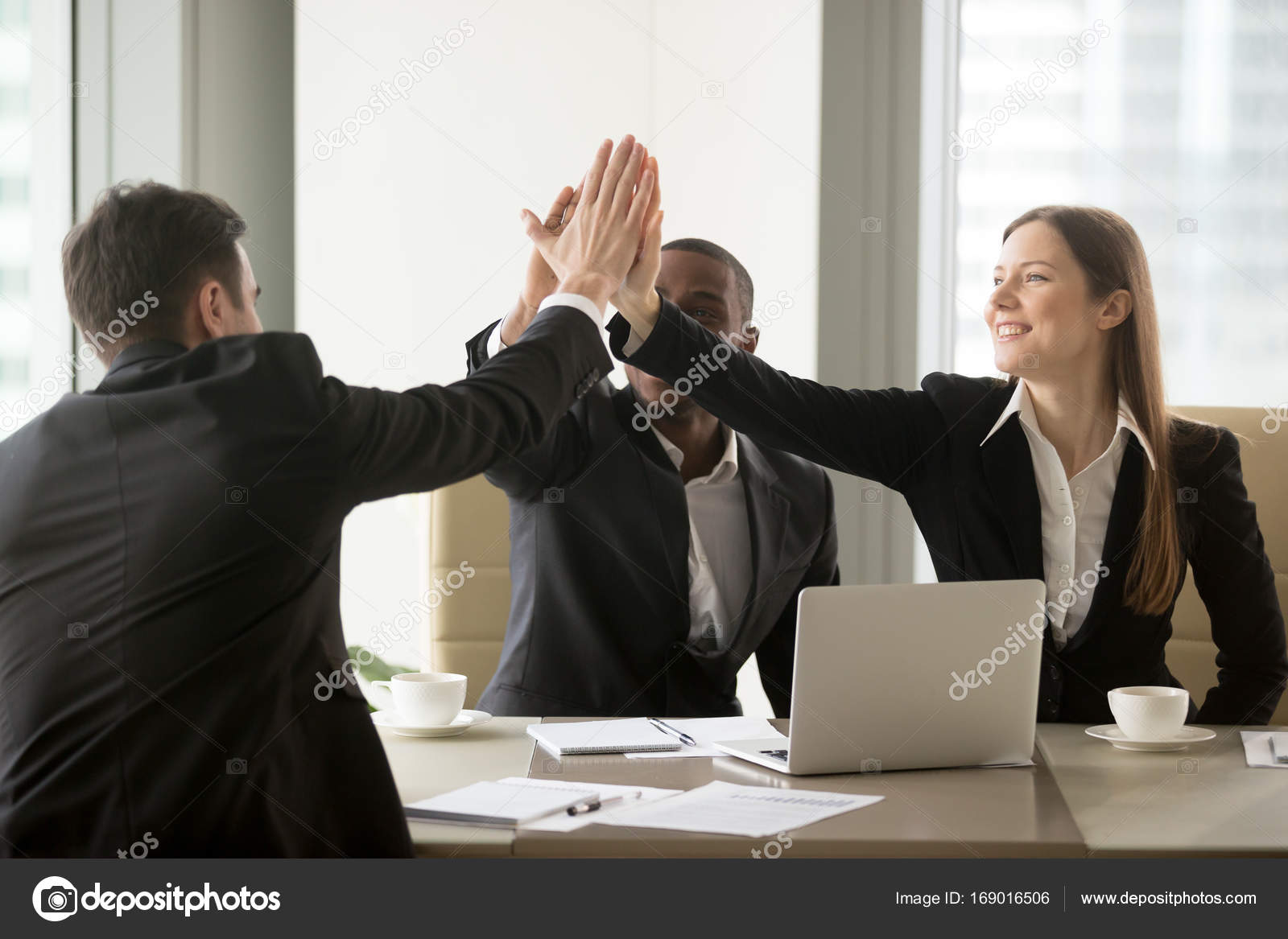 Business Partner feiert erfolgreichen Vertrag — Stockfoto © fizkes ...
