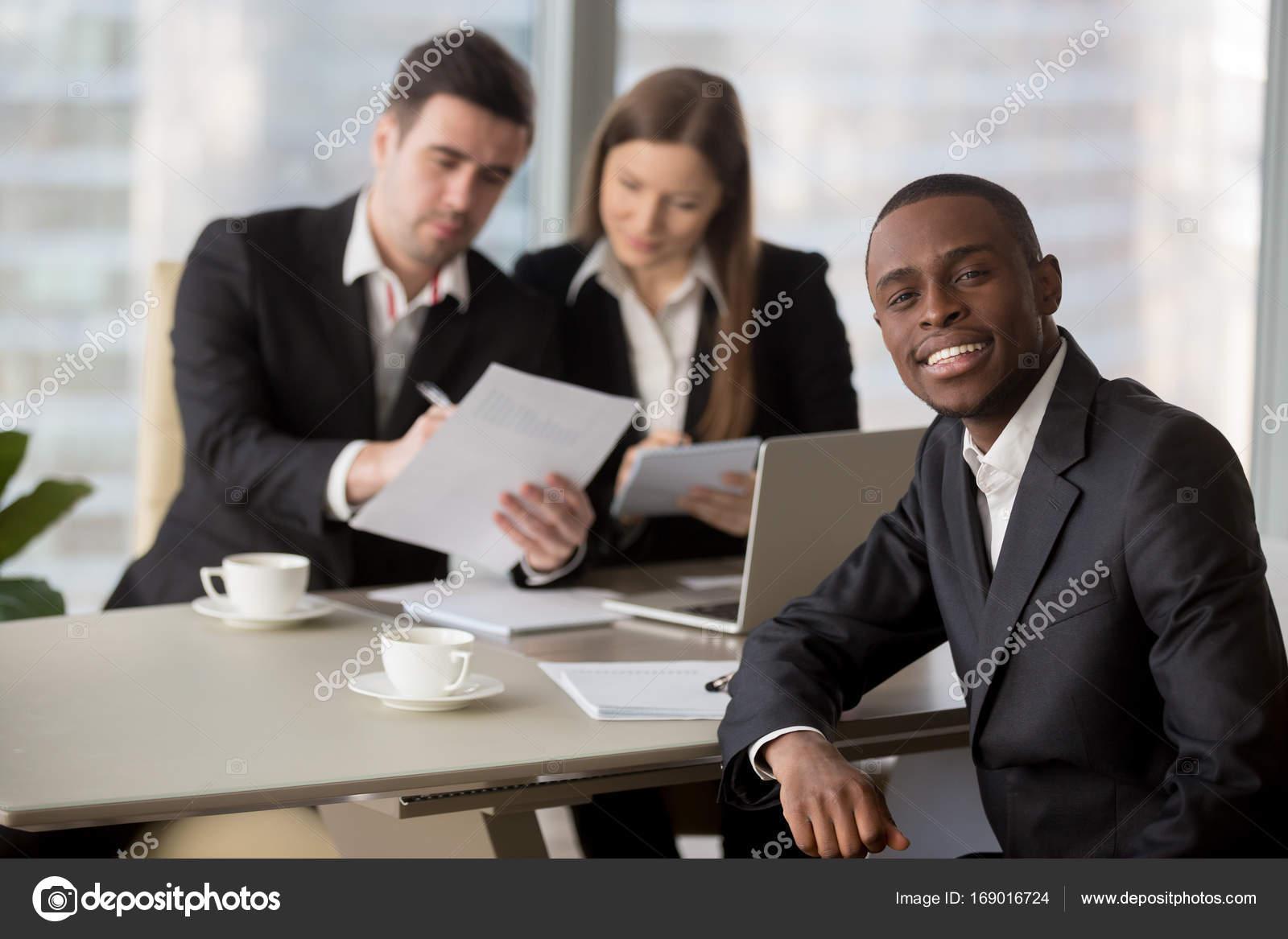HR-Manager wieder von schwarzen Bewerber lesen — Stockfoto © fizkes ...
