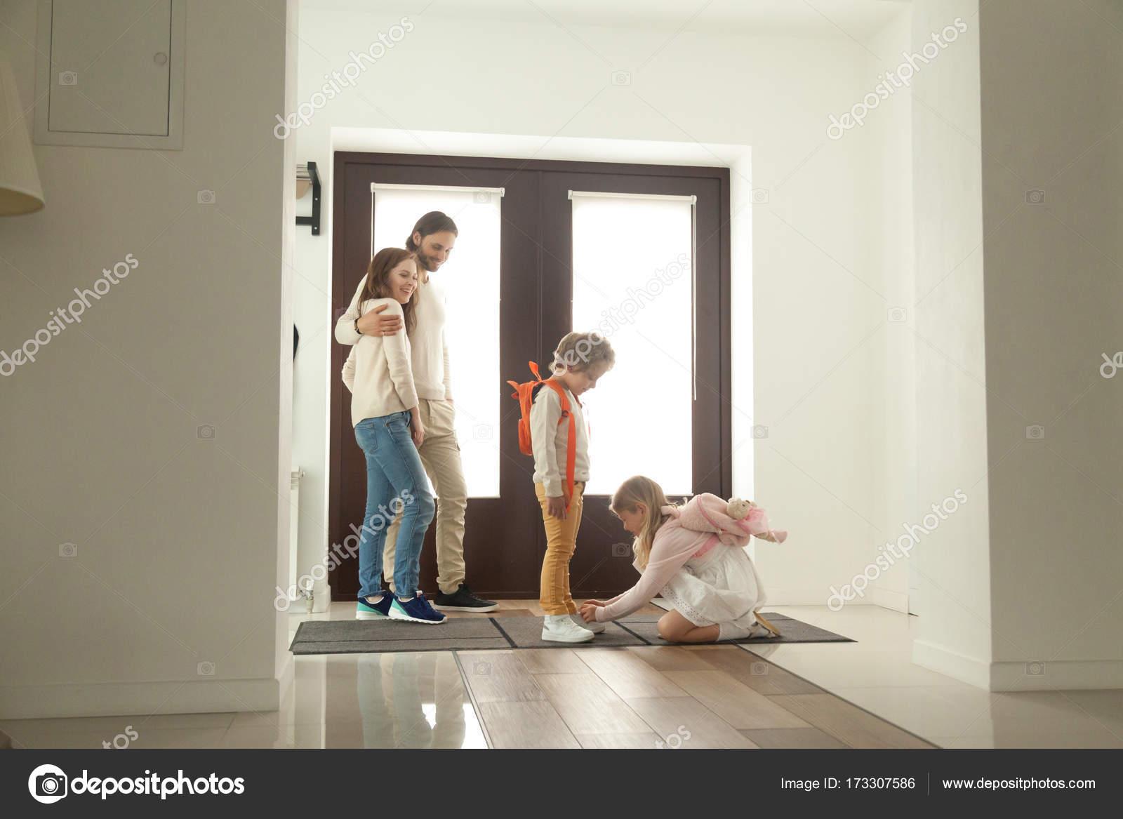Petite attachant soeur aider frère attachant Petite chaussures, se prépare pour wal 1efa12