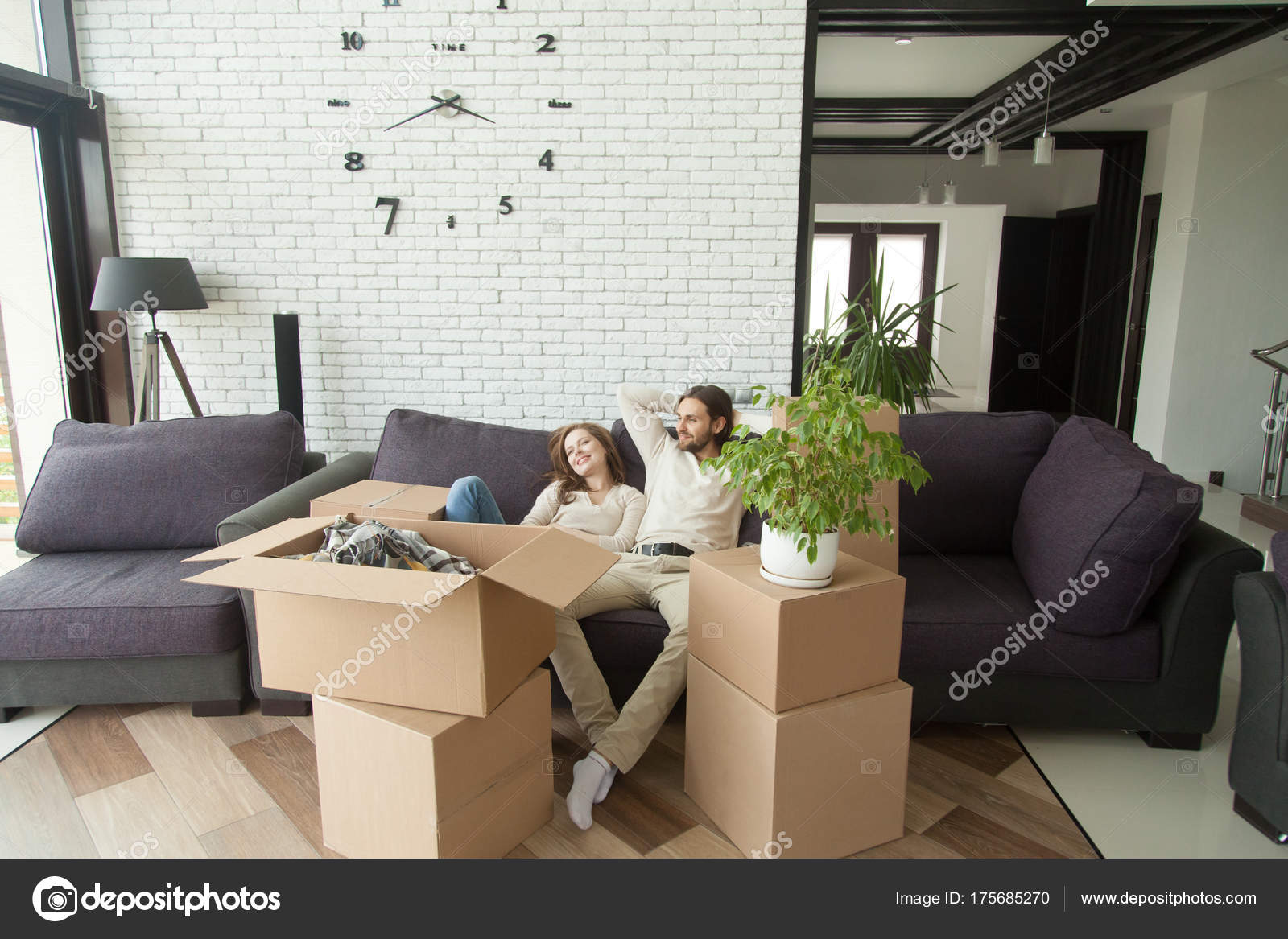 Paar erholsame auf Couch Umzug in neues Zuhause mit Boxen ...