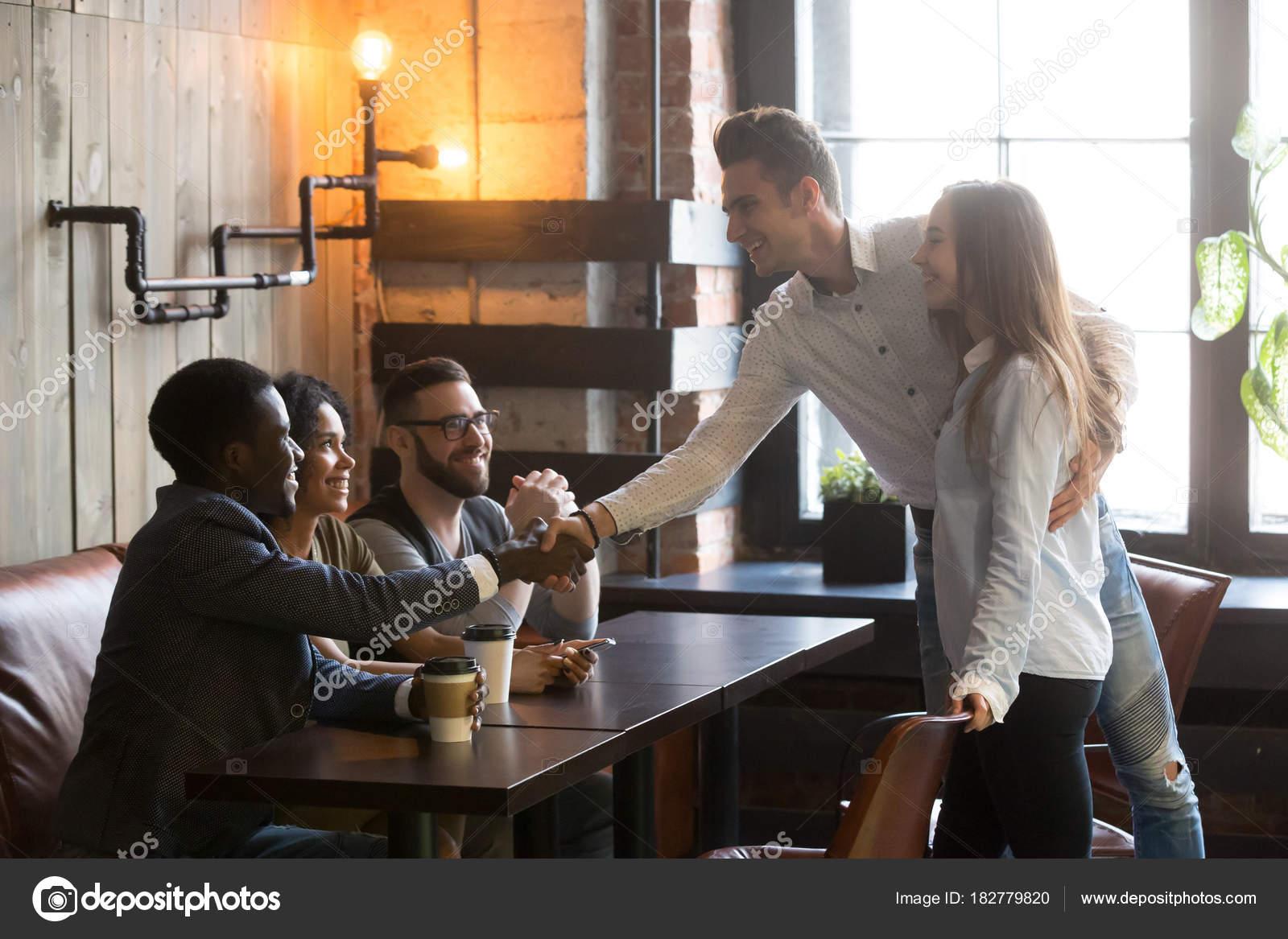 leute im cafe kennenlernen