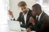 Africké a kavkazské podnikatelé diskutovat on-line projekt idea