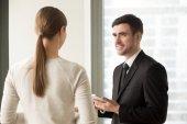 Fotografie weibliche und männliche Kollegen treffen sich im Amt