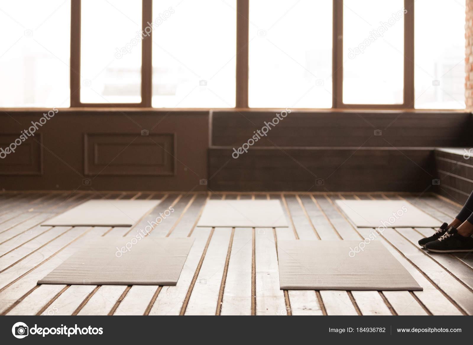 Estudio con esteras de la yoga en el piso de madera para ...