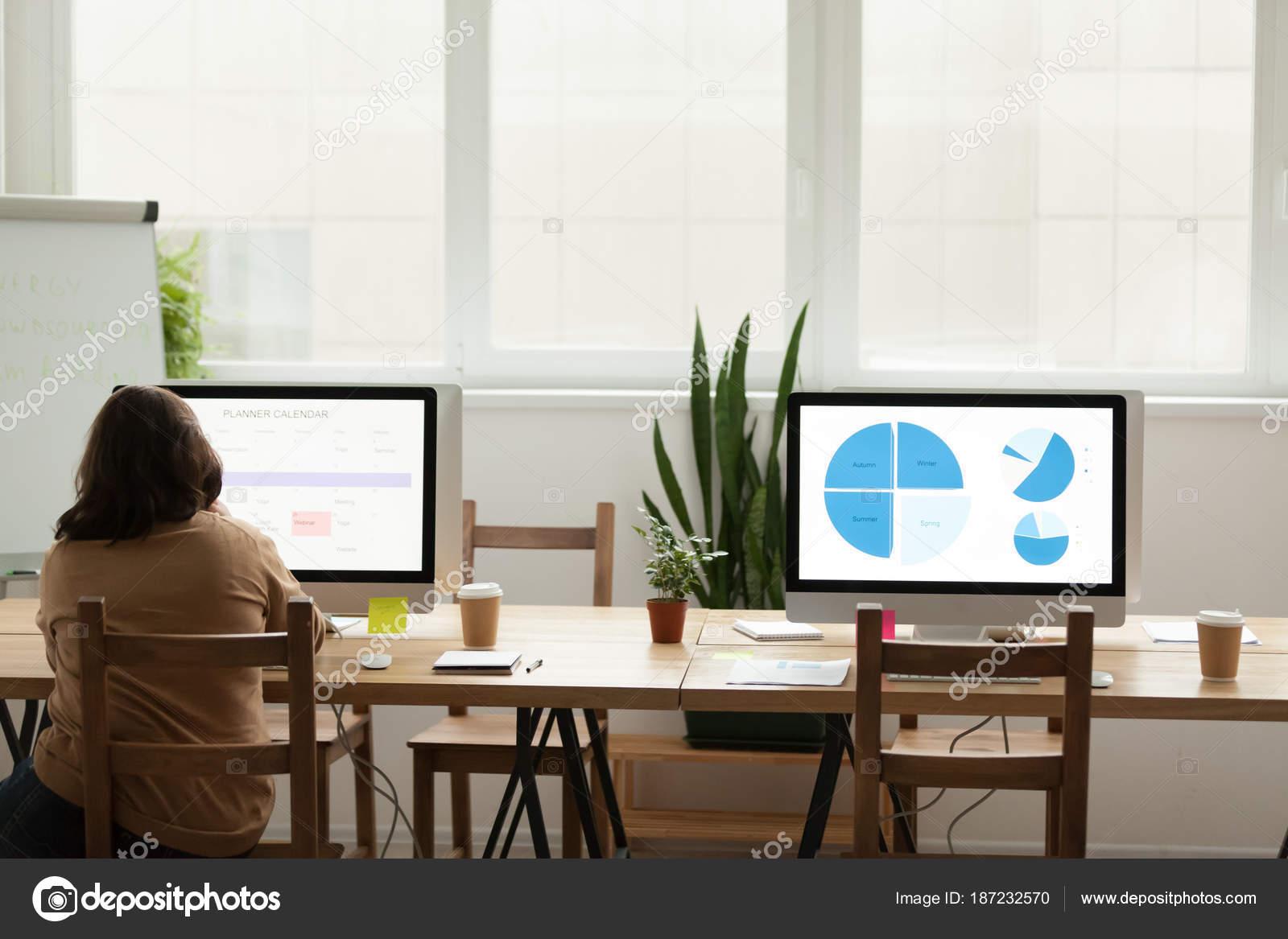 Ufficio Moderno Di Lusso : Ufficio moderno spazio di coworking con donna che lavora da solo