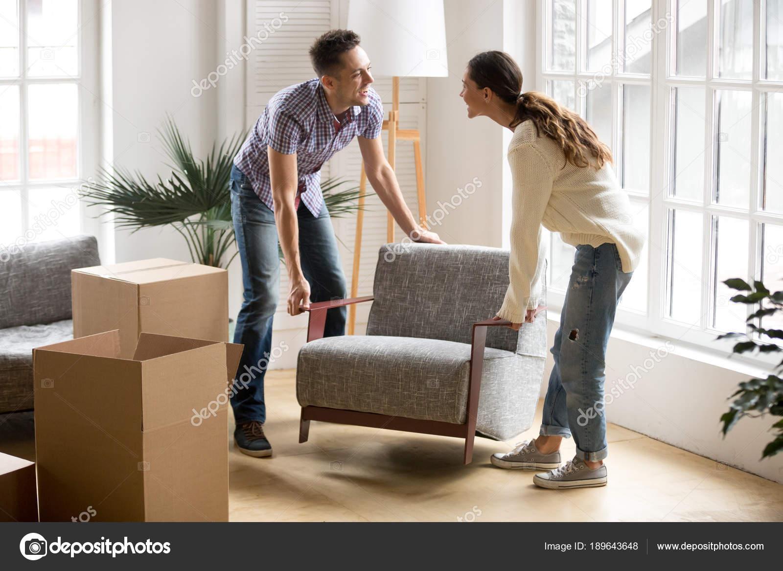 Paar Sessel zusammen tragen, Platzierung Möbel Umzug neue ...