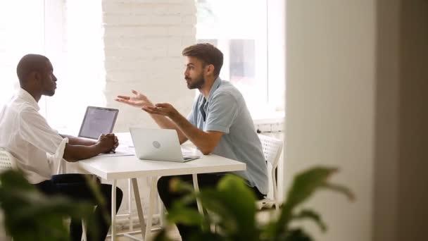 Rozmanité mladí podnikatelé potřesení rukou po úspěšné obchodní jednání