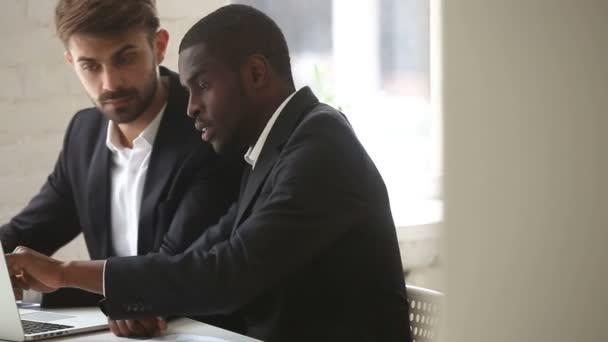 Americký podnikatel ukazuje pc počítač prezentace kavkazské klientovi