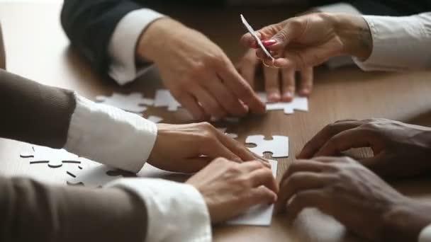 Podnikatelé se snaží připojit hry, puzzle, týmová práce podporují koncept