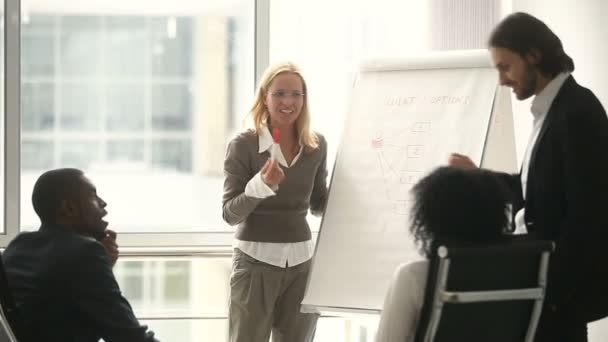 Üzletasszony és üzletember prezentáció segítségével flipchart, amely új stratégia megvitatása