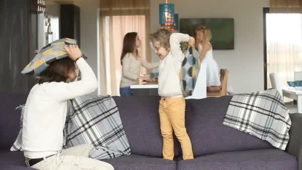 Šťastná rodina baví s dětmi v útulném obývacím pokoji