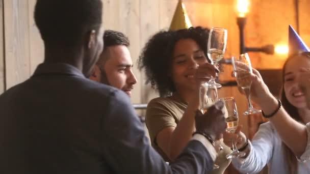 Party lidí se těší oslava, rozmanité přátel pít šampaňské tančí spolu