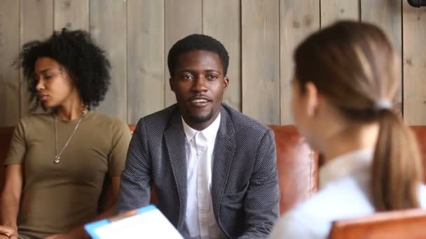 Africký muž mluví na rodinný poradce, černý pár na psychologa