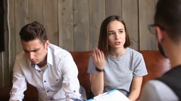 Pár poradna koncepce, žena mluví psycholog, kteří si stěžují na manžela