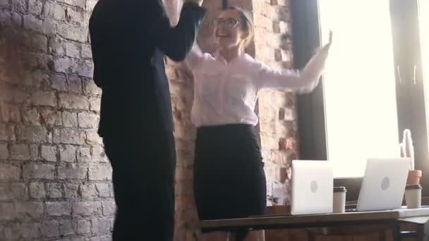 Šťastné podnikání vítězové slaví úspěch skákání tančí spolu v kanceláři