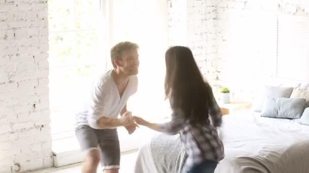 Camera Da Letto Rock : Giovani coppie che ballano in camera da letto lesecuzione di