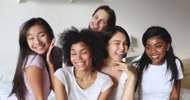 Boldog multiracionális hölgyek viselnek pizsamát nevetve élvezik a pizsamapartit.