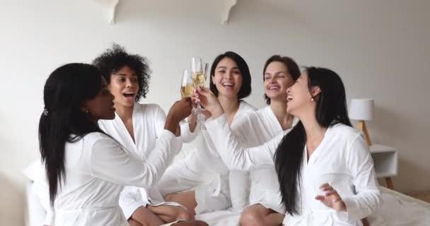 Boldog változatos lányok barátok csörömpölés pezsgő szemüveg néz kamera
