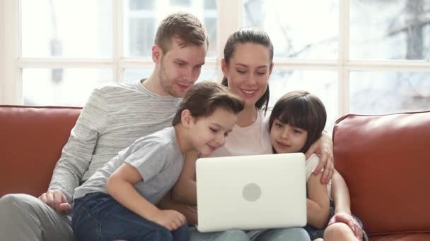 Šťastná rodina maminka táta a děti baví pomocí notebooku